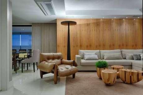 32. Decoração de sala de estar com painel de madeira – Projeto: Jaqueline Frauches