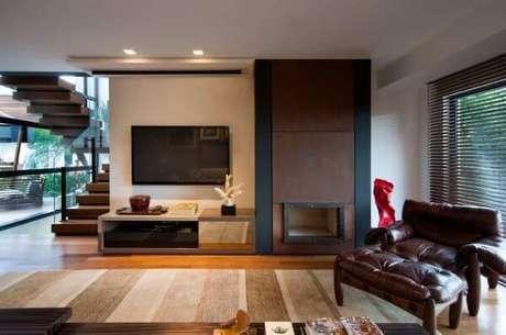 33. Decoração de sala de estar com poltrona mole próximo a lareira – Projeto: Elmo Arquitetura