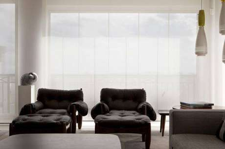 36. Decoração de sala de estar com poltrona mole e luminária – Projeto: Amc Arquitetura