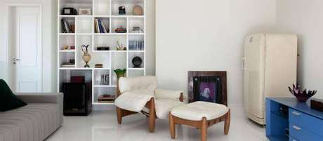 37. Decoração de sala de estar com poltrona mole branca – Projeto: Olegario Desa