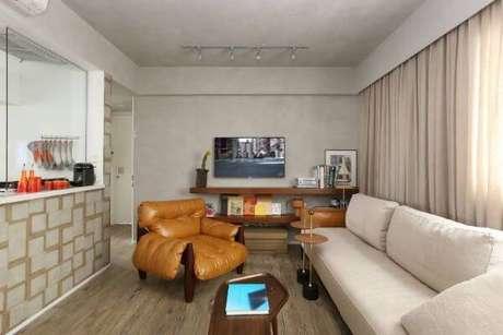 40. Decoração de sala de estar com poltrona mole e sofá claro – Projeto: Mab 3 Arquitetura