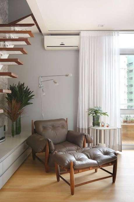 42. Sala de estar com poltrona mole no cantinho de leitura – Projeto: Estudio AE