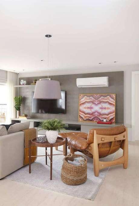 7. Sala de estar neutra com poltrona mole próximo ao sofá – Projeto: Karen Pisaca