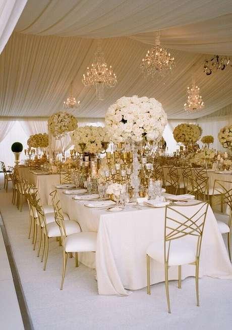 42. Decoração sofisticada para aniversário de casamento bodas de ouro com arranjo de flores brancas – Foto: Casa e Festa