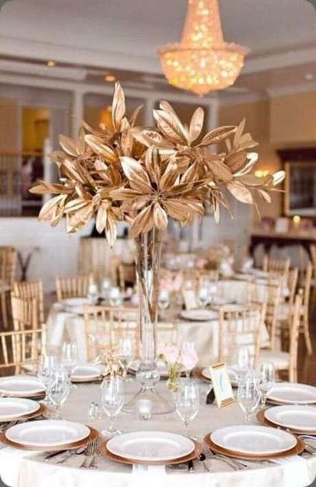 43. Decoração sofisticada para festa de aniversário de casamento bodas de ouro – Foto: Weddbook