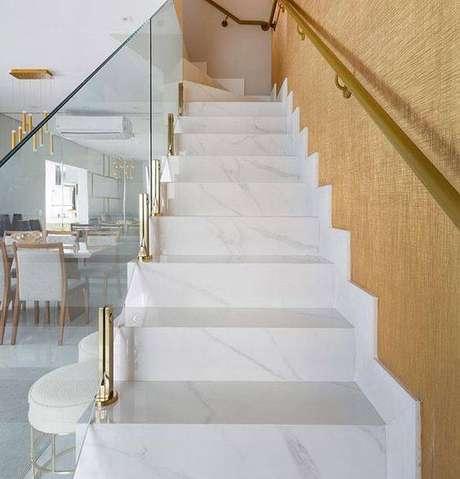 7. A escada de mármore possui um estilo mais clean. Foto: Instagram