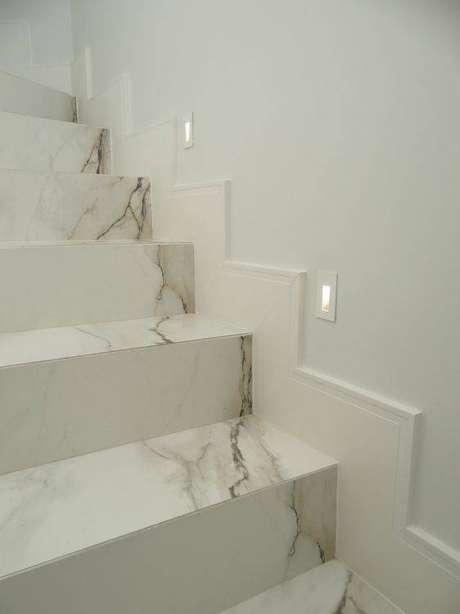 26. Os detalhes fazem toda a diferença na escada de mármore. Foto: Archtrends