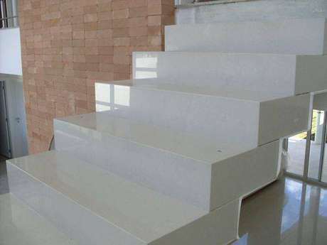 23. No mercado é possível encontrar escada de mármore de diferentes preços. Foto: Decor Salteado