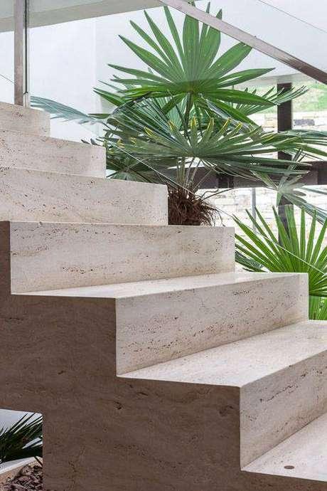 36. A escada de mármore permite que você ouse mais na decoração. Foto: Direct Piedras