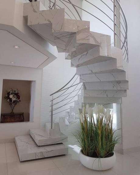1. A escada de mármore é o sonho de consumo de muitos. Foto: Instagram
