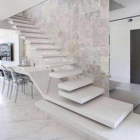8. A escada de mármore pode ter diferentes formatos. Foto: Assim Eu Gosto