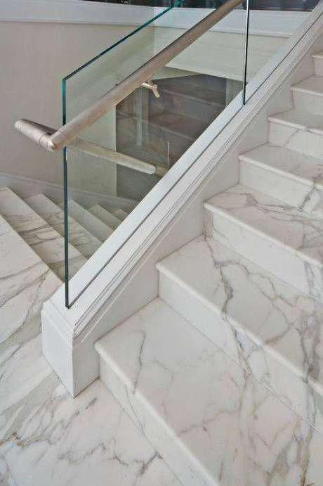 5. A escada de mármore é super resistente. Foto: Home Styling