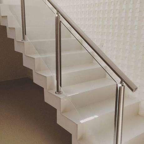 17. Uma boa escada de mármore faz toda a diferença. Foto: Decor Fácil