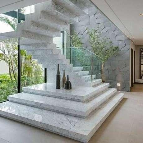 45. Você pode ousar utilizando a escada de mármore em convergência com outras pedras. Foto: Construindo Minha Casa Clean
