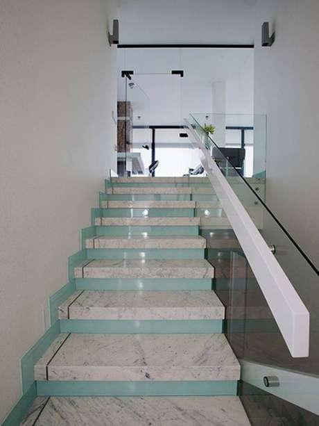 9. A escada de mármore pode ser colorido. Foto: Decor Puzzle