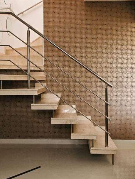 47. A simplicidade é o principal elemento da escada de mármore. Foto: Casa Abril