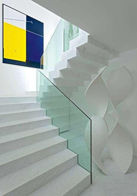 12. Decorações de diferentes tipos ganham com uma escada de mármore. Foto: Casa Vogue