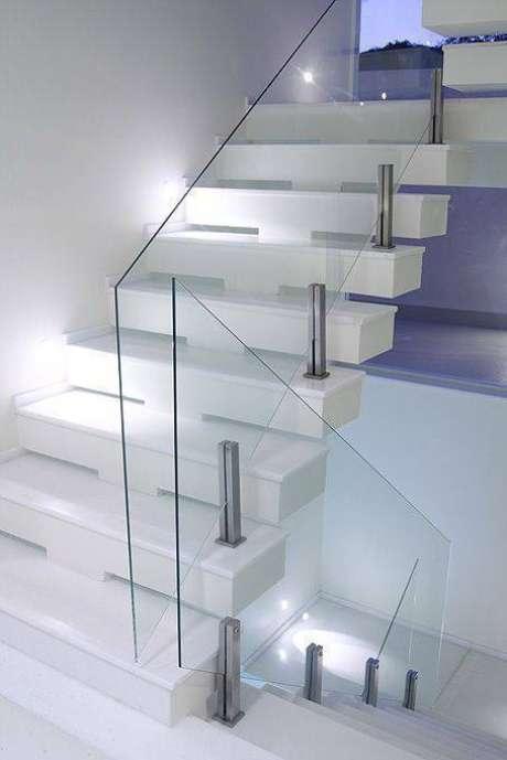 15. A escolha do guarda corpo é importante para a escada de mármore. Foto: Você Precisa Decor