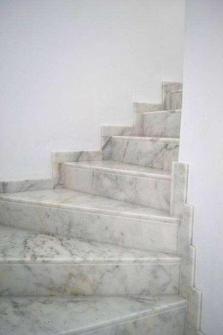 20. A limpeza da escada de mármore é muito importante. Foto: Cauvels