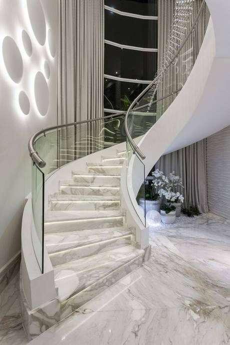 42. Esta escada de mármore é um excelente exemplo do fator decorativo que esse tipo de pedra possui. Foto: Iara Kilaris