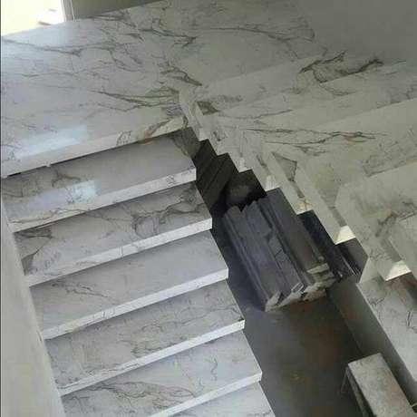 11. A escada de mármore possui um lindo impacto visual. Foto: Bradismar