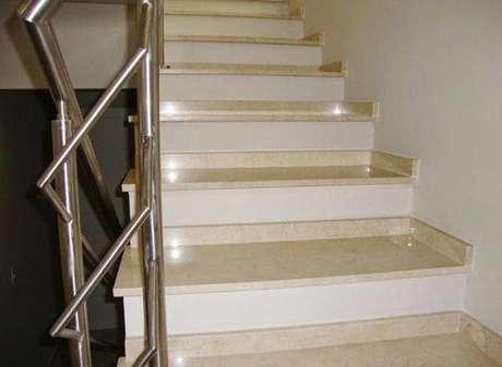 22. A escada de mármore não precisa ser cara. Foto: Comprando Meu Apê
