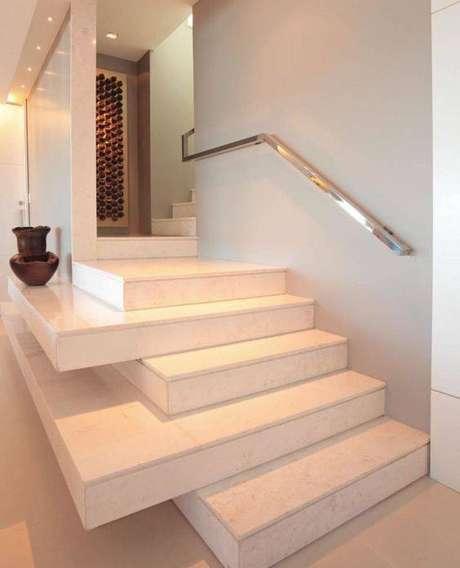 13. Os degraus podem ter diferentes na escada de mármore. Foto: Tua Casa