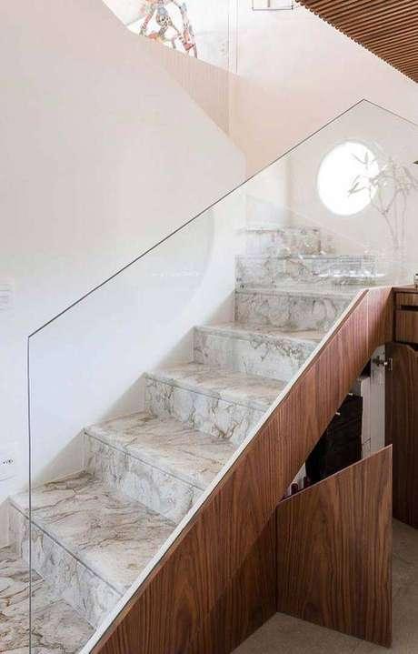 39. Esta escada de mármore aposta na fusão de vários elementos. Foto: Decor Fácil
