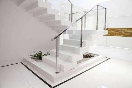 25. Esta escada de mármore chama a atenção pela sobriedade. Foto: Decoração 24