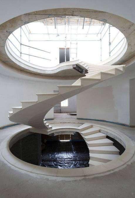 43. Construções diferenciadas podem estar associadas à escada de mármore. Foto: Casoca