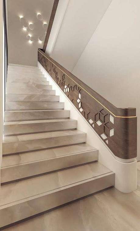 48. Uma boa escada de mármore melhora sua decoração. Foto: Sarah Sadeq