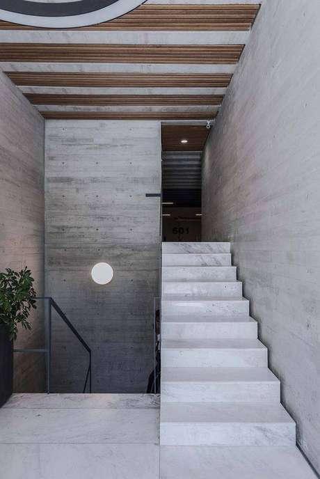 37. Estilos rústicos também se dão bem com a escada de mármore. Foto: Arch Daily