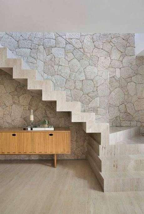 30. A escada de mármore pode conversar com diferentes elementos decorativos. Foto: Decor Fácil