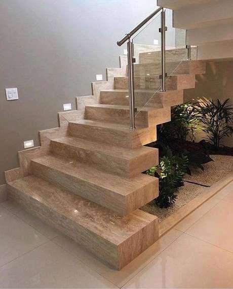 41. É comum que decoradores usem a escada de mármore como uma cobertura para jardins internos. Foto: Instagram