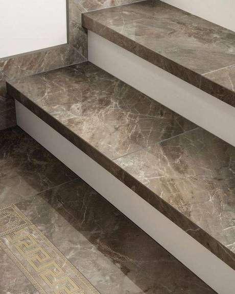 3. A escada de mármore preto também é muito usada. Foto: Pinterest