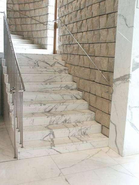 34. Esta escada de mármore é simples e ainda assim chama muito a atenção. Foto: Marmury