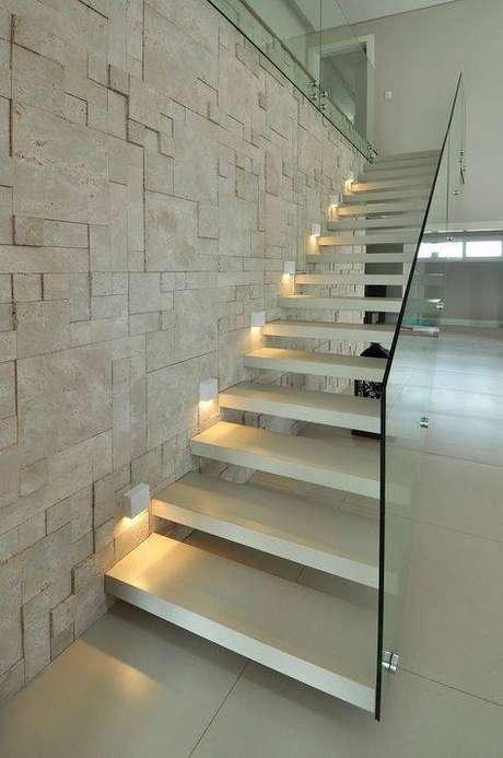 52. Um guarda corpo de vidro é algo interessante para uma escada de mármore. Foto: Castelatto