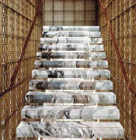 31. Esta escada de mármore é um modelo divertido. Foto: Interior Design