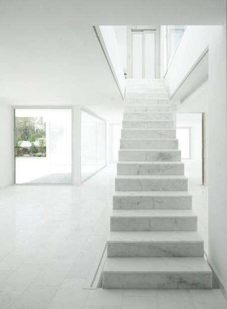24. A escada de mármore é um excelente elemento decorativo. Foto: Casa e Construção