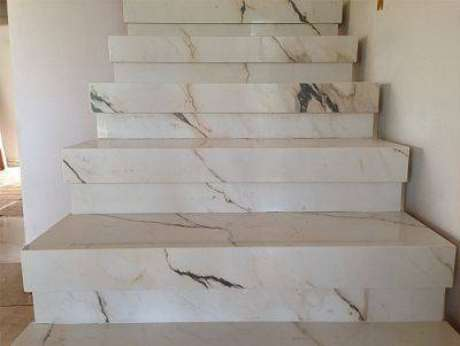 27. Esta escada de mármore é delicada, mas ao mesmo tempo chamativa. Foto: Decorando Casas