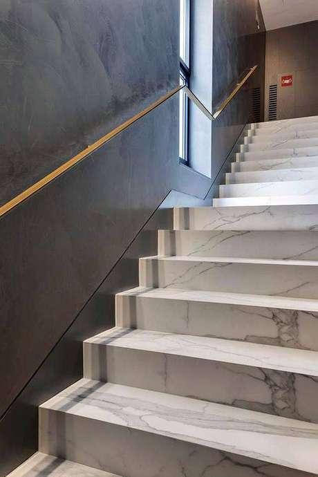 44. A escada de mármore é linda enquanto peça decorativa. Foto: Homesaholic