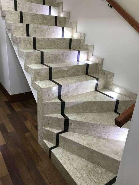 4. A escada de mármore travertino costuma agradar muita gente. Foto: Casa das Pedras