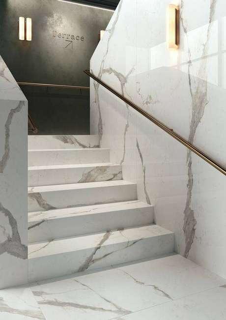 53. A escada de mármore é perfeita para ambientes com muito movimento. Foto: ABK