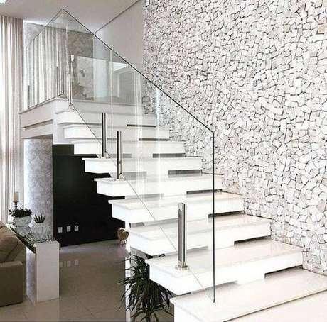 32. Sempre vale a pena apostar em uma escada de mármore em decorações mais clássicas. Foto: Construindo Minha Casa Clean