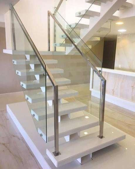 50. O corrimão de aço inox é a escolha mais popular para uma escada de mármore. Foto: Tua Casa