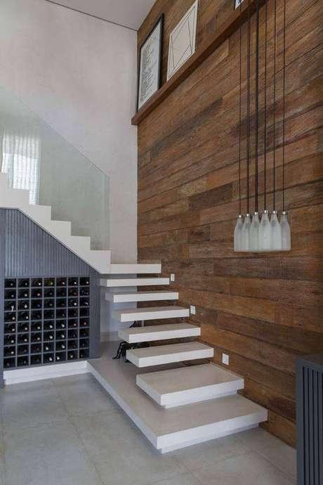 35. A escada de mármore combina com a madeira. Foto: Casa Vogue