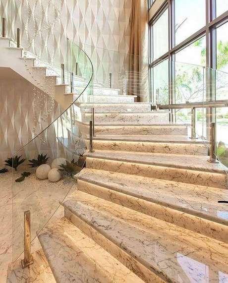 28. A escada de mármore pode ser mais chamativa do que você pensa. Foto: Instagram