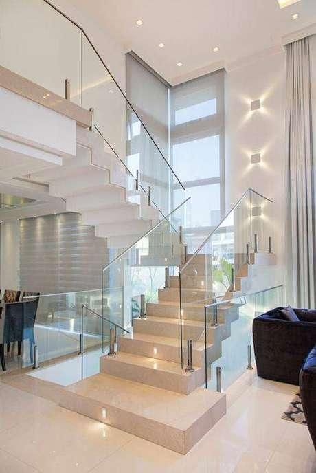 55. A escada de mármore preenche bem os ambientes. Foto: Homify