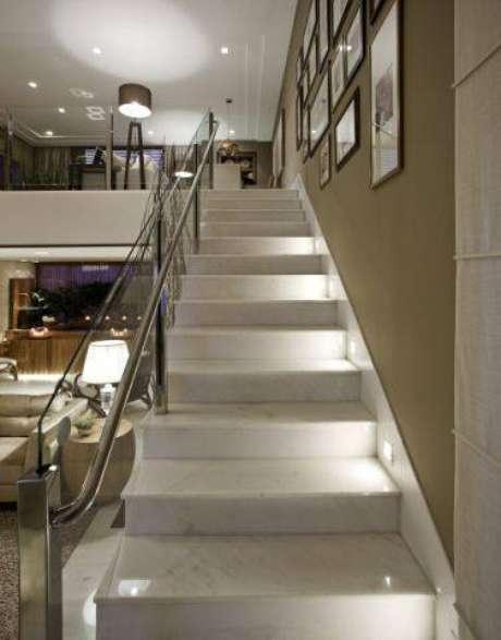 21. A escada de mármore oferece um ar mais luxuoso para sua casa. Foto: Você Precisa Decor