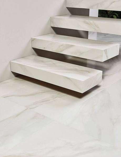 18. Escada de mármore flutuante é um clássico das decorações modernas. Foto: Portobello